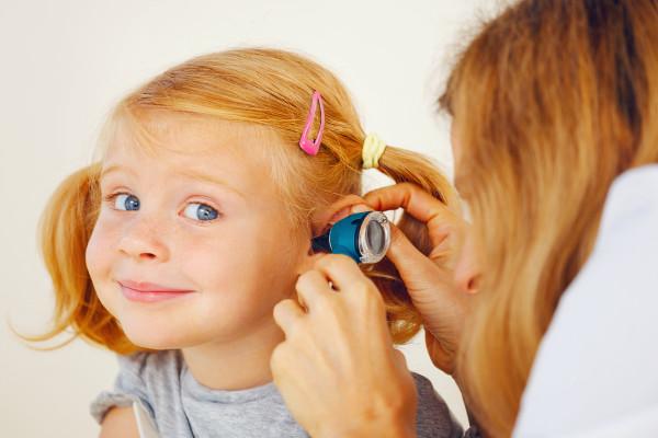 девочке доктор смотрит ухо