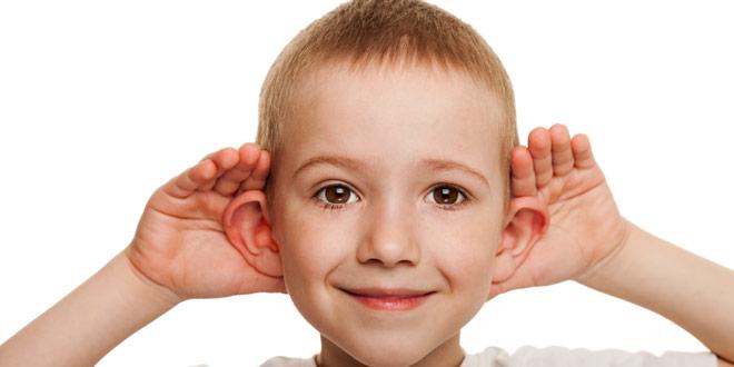 мальчик держится за уши