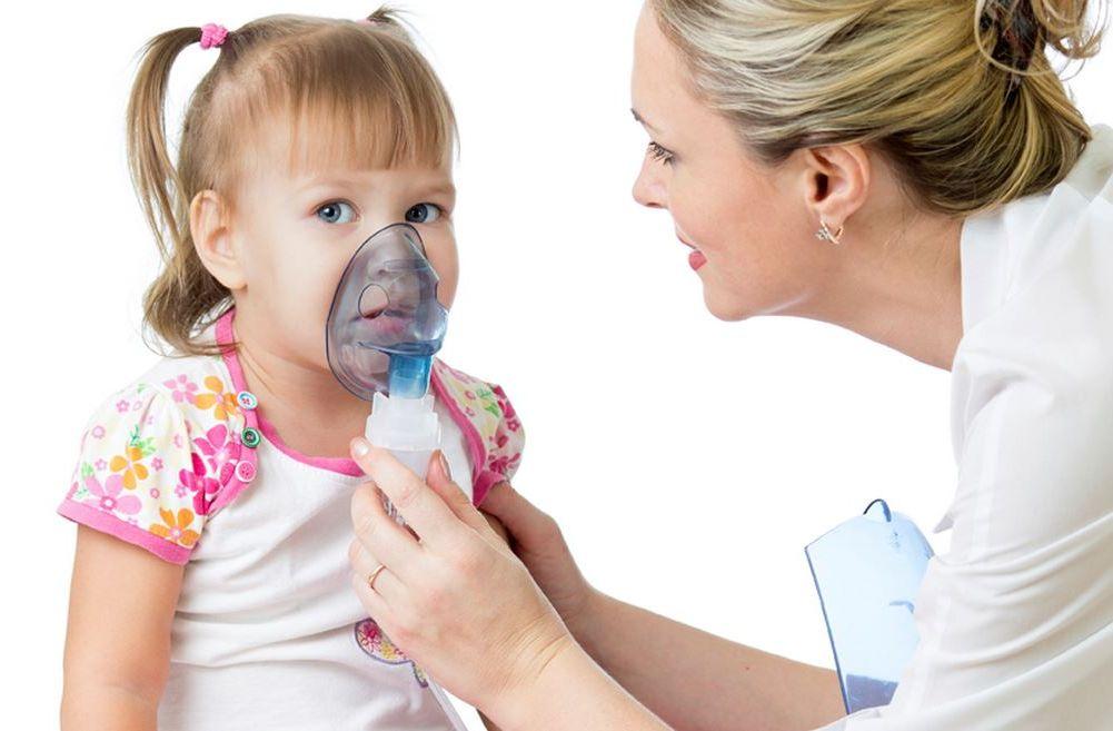девочка дышит через небулайзер