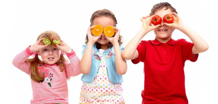 дети с разными фруктами в руках