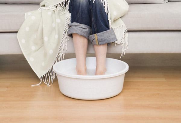 ноги в тазике