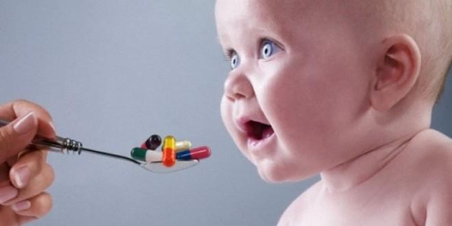 ребенку дают лекарство - лечение аллергии у детей