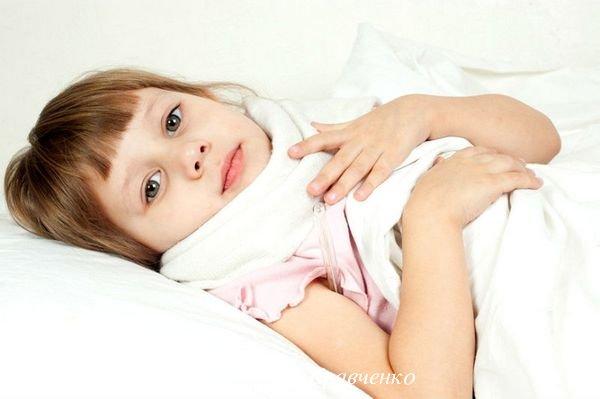 девочка лежит в постели с компрессом на груди