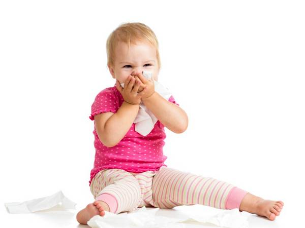девочка кашляет, закрывая рот платком
