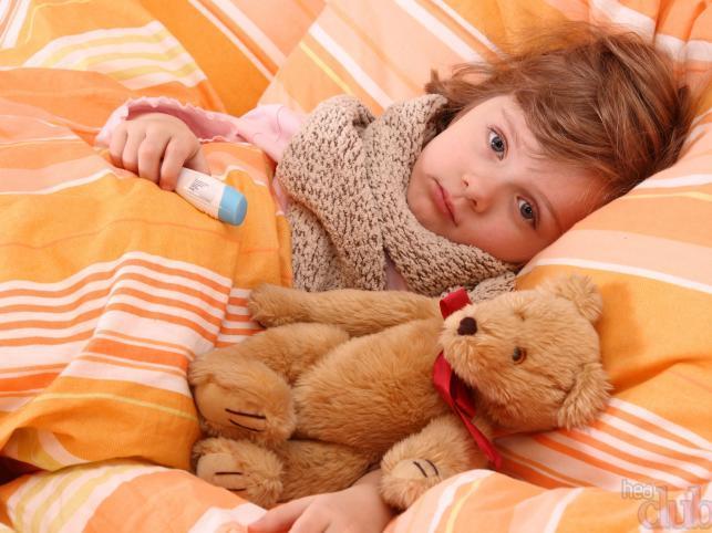 ребенок заболел, лежит в кровати