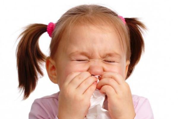 девочка прикладывает платок к носу