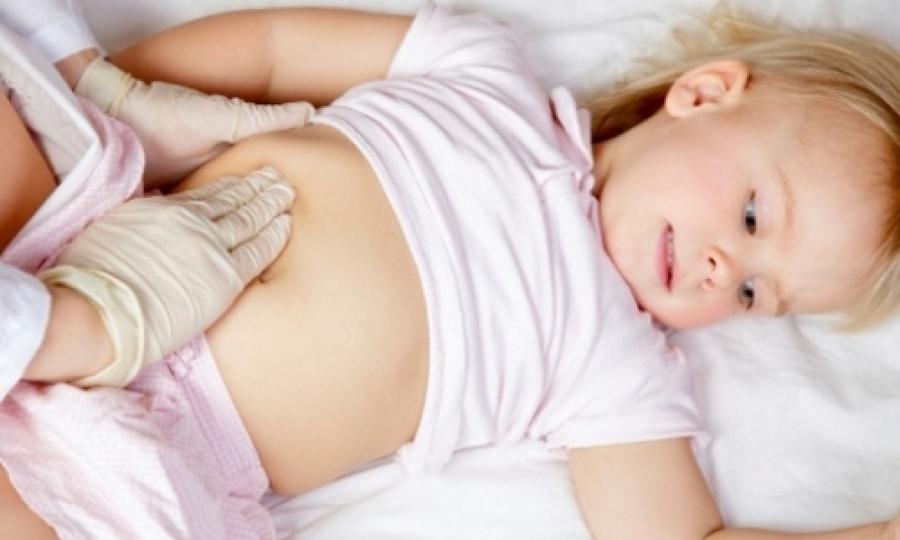 девочке врач прощупывает живот