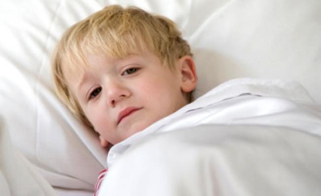 мальчик лежит в постели
