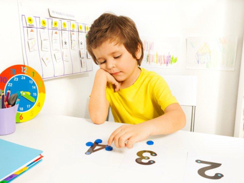 ребенок играет цифрами