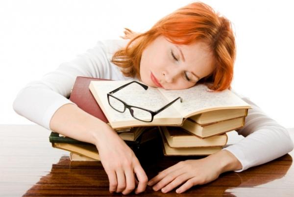 женщина спит на книжках