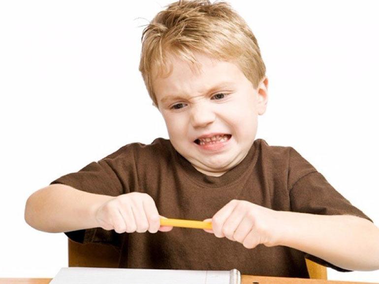 мальчик ломает ручку