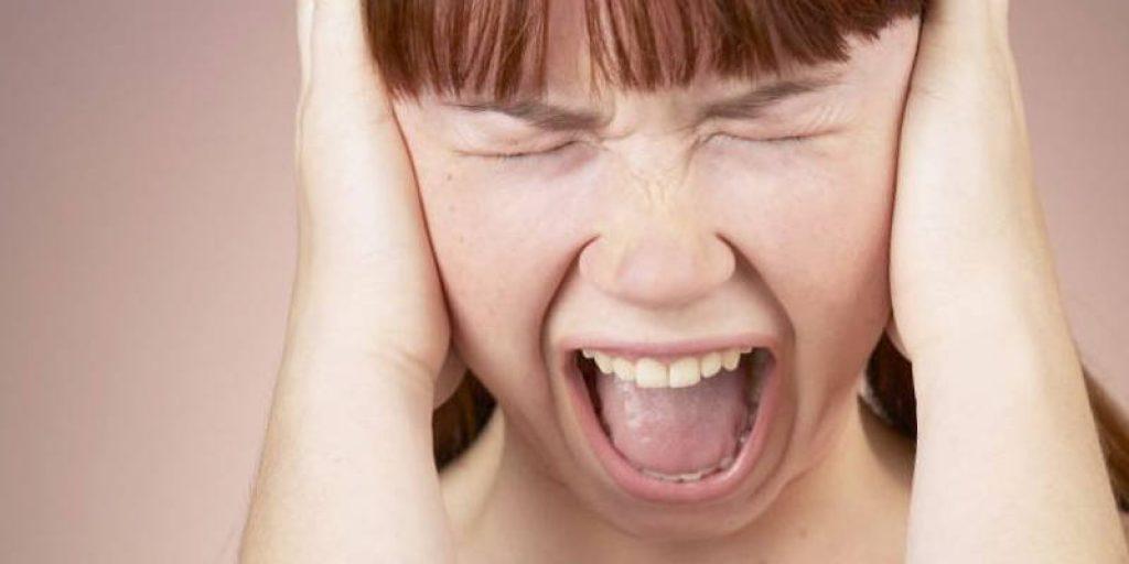 девочка кричит закрыв уши