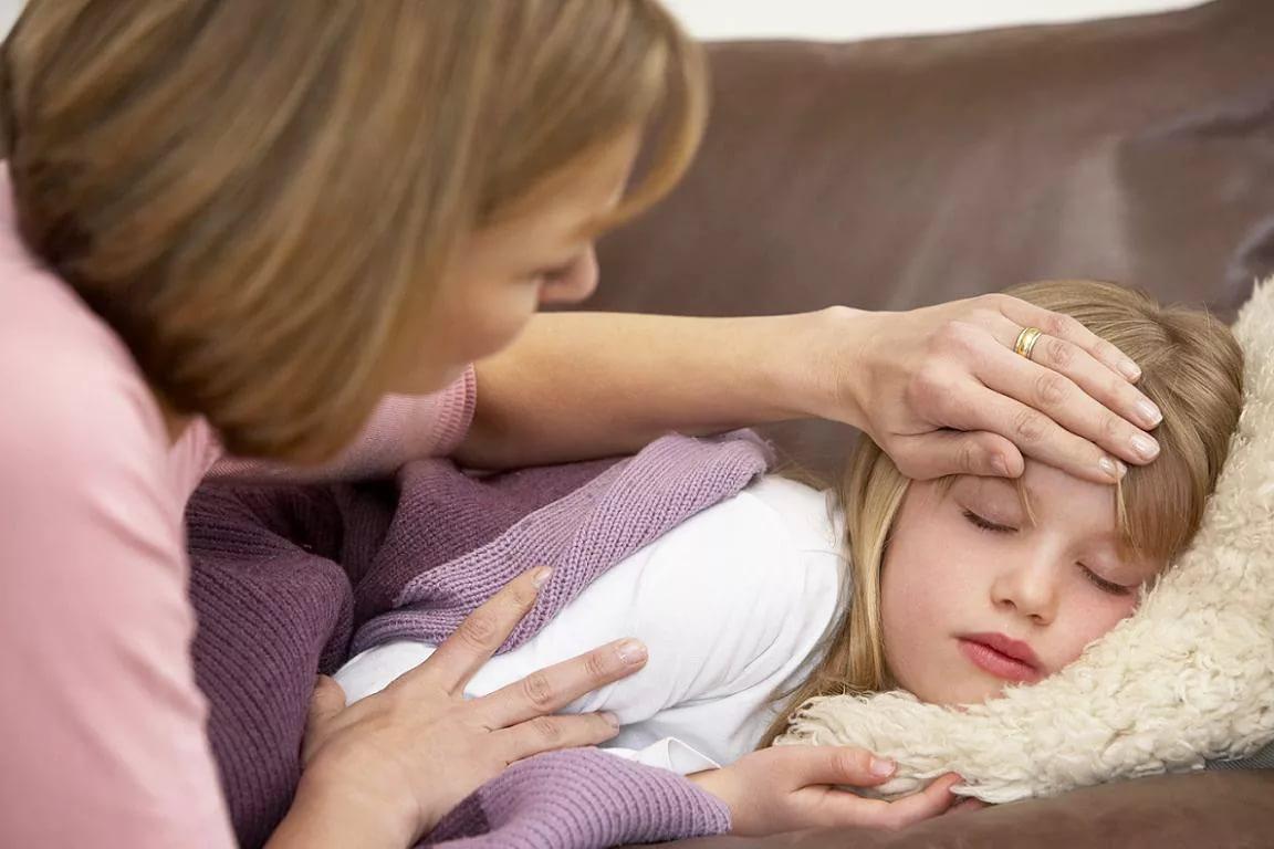 мама пробует лоб девочки