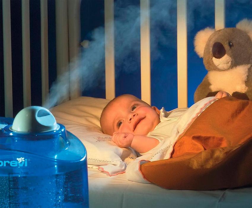 ребенок лежит возле увлажнителя воздуха
