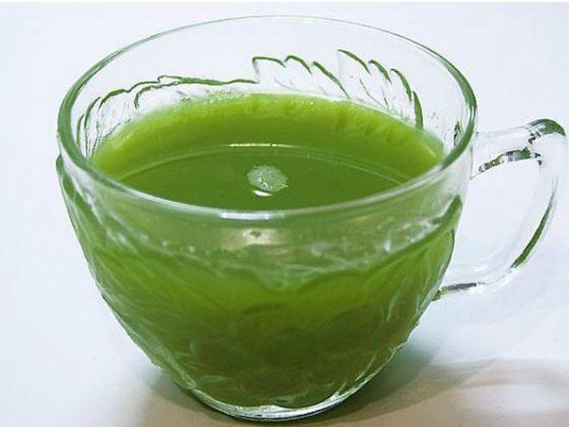 чашка с зеленой жидкостью - предположительно с отваром подорожника