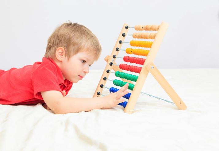ребенок играет в счеты