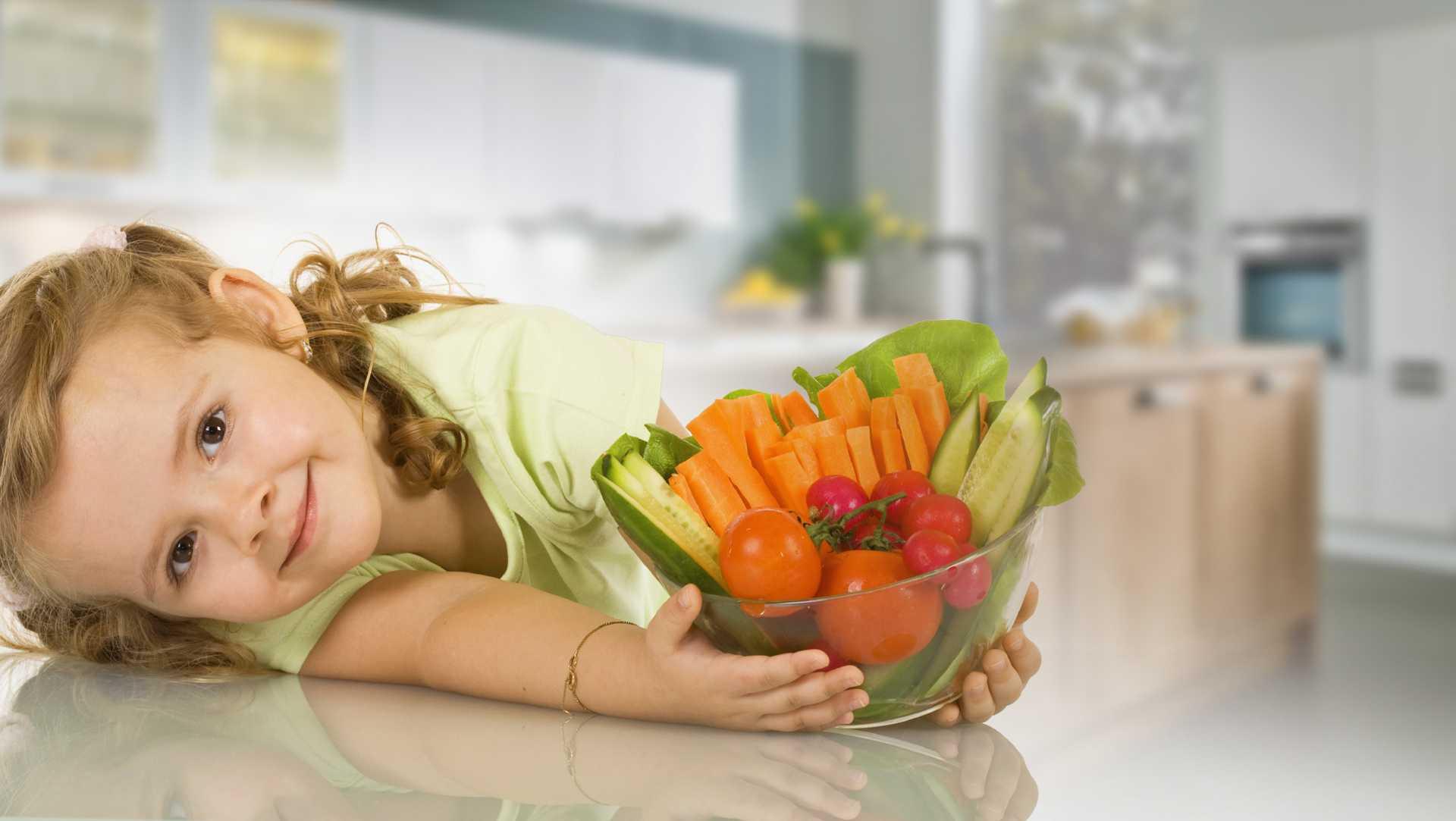 девочка пиалу вазу с овощами