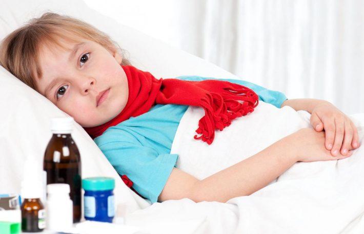 мальчик лежит лечит кашель лекарствами