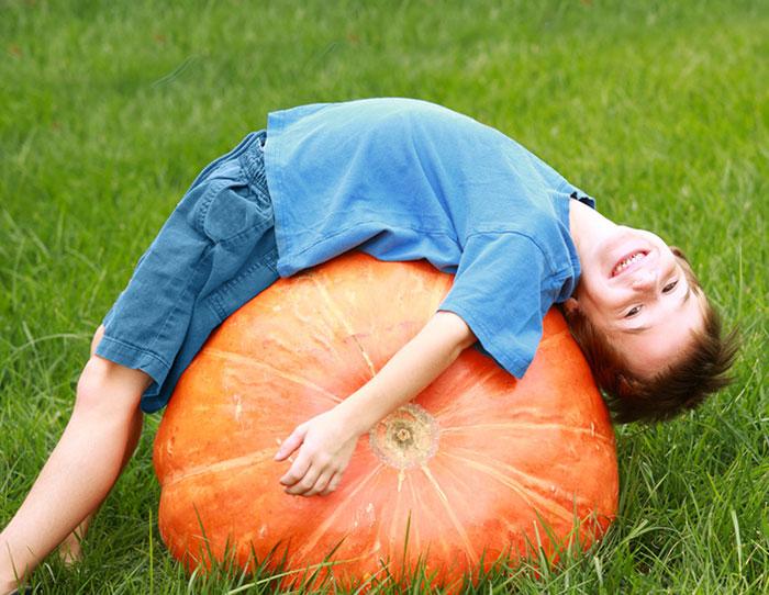 ребенок лежит на тыкве