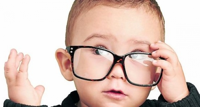 ребенок в больших очках для зрения
