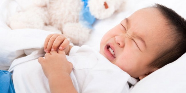 Ребенок корчится от боли