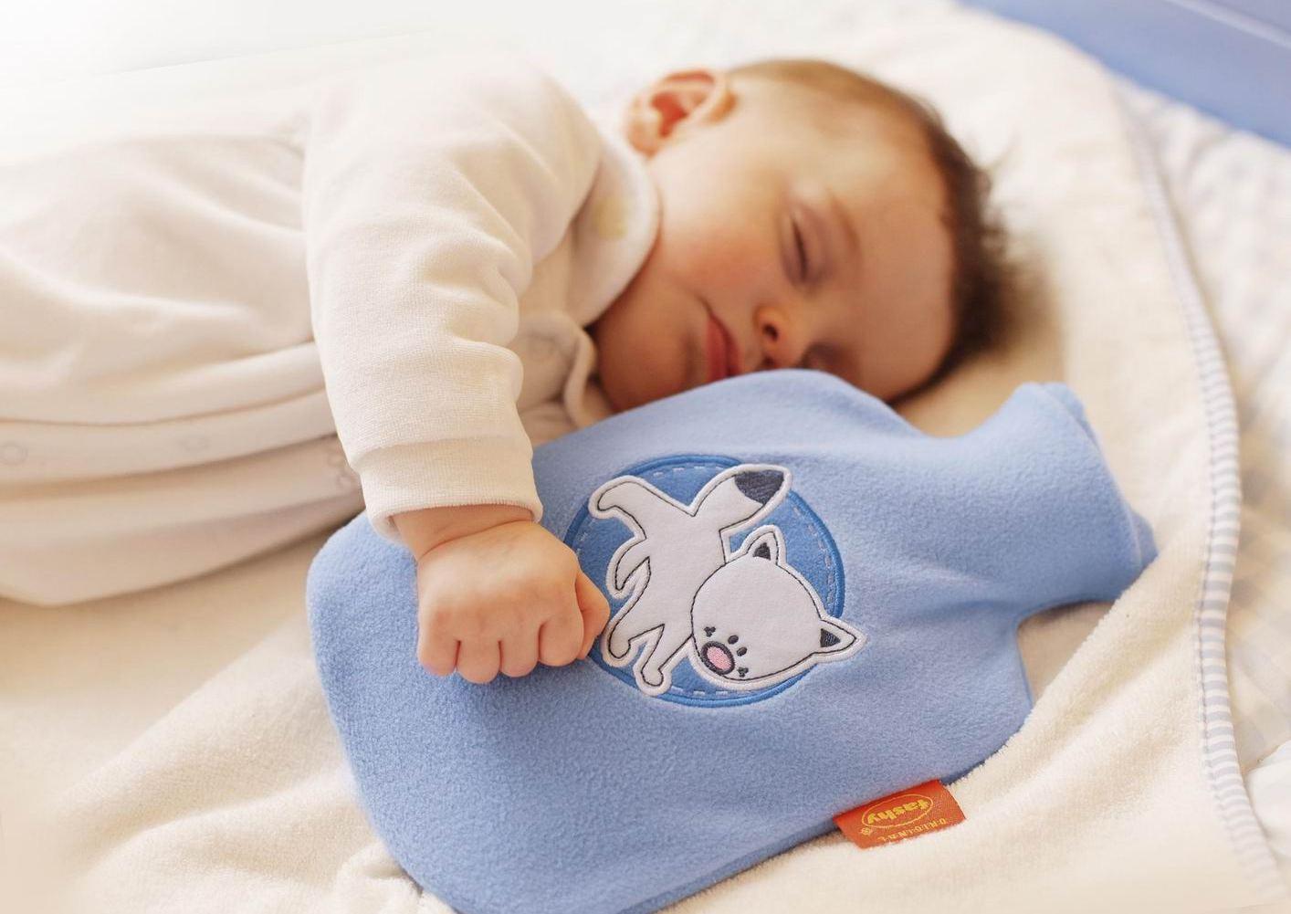 ребенок спит вместе с грелкой