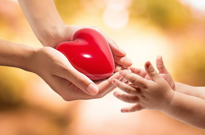 мама передает сердце ребенку