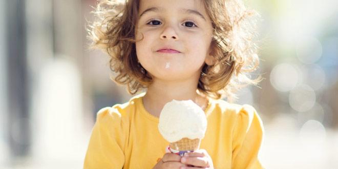 девочка ест мороженко