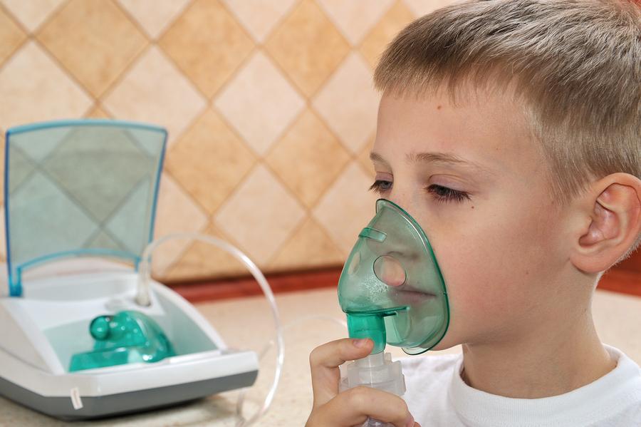 ребенок делает ингаляцию от кашля