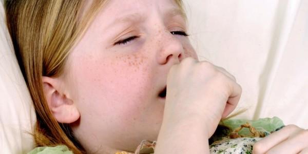 девочка кашляет в кулачек