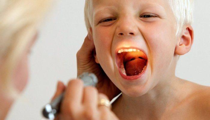 ребенку светят фонариком в горло