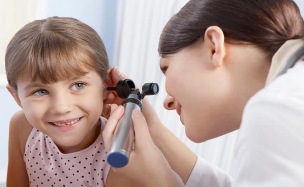 доктор смотрит девочке в ухо