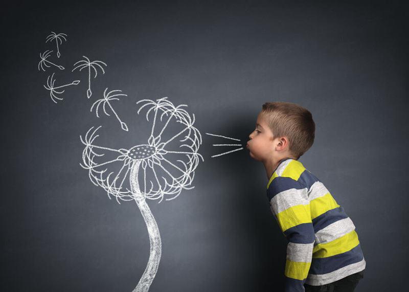 Ребенок сдувает нарисованный адуванчик