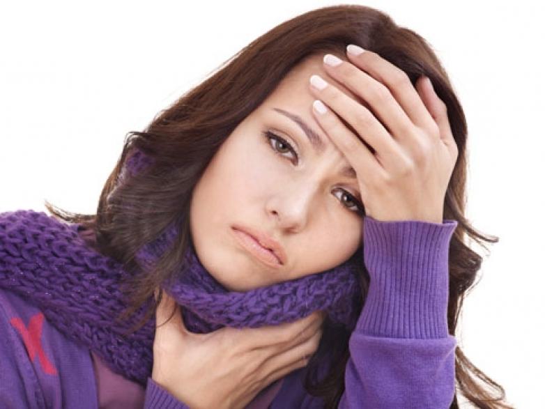 грустная девушка держится за голову и шарф