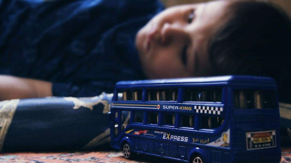 ребенок и автобус