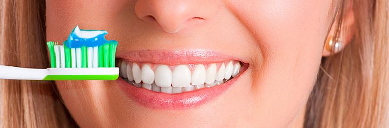 белые зубы, зубная щетка и паста