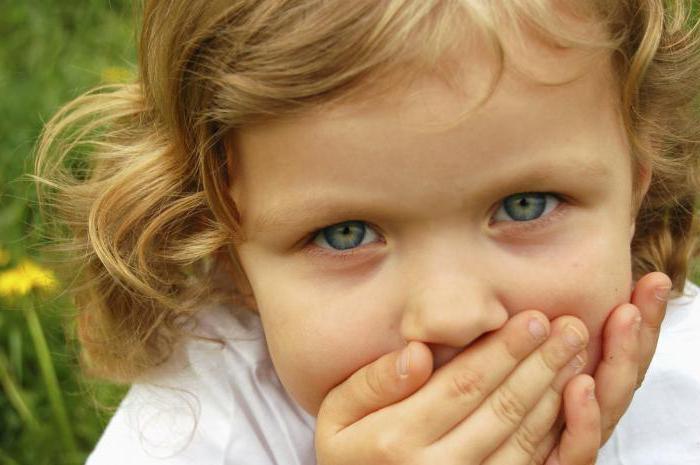 Девочка закрыла рот ладошками