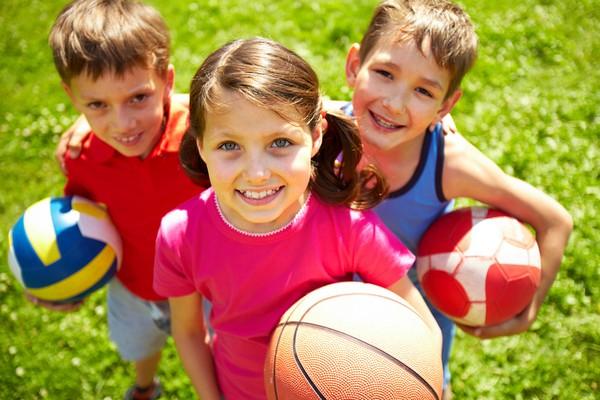 Дети с мячами
