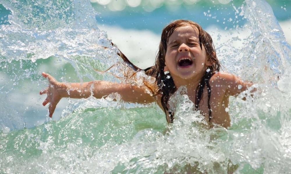 ребенок в море