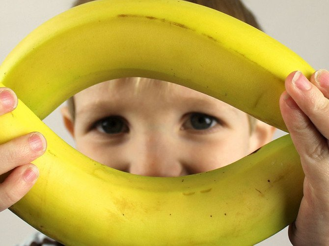 ребенок с бананами