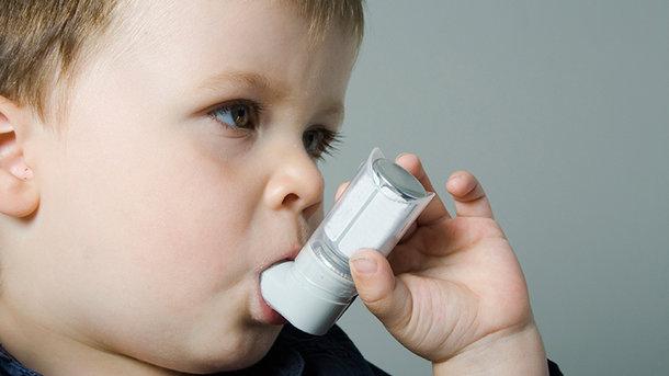 Ребенок с ингалятором, диатез